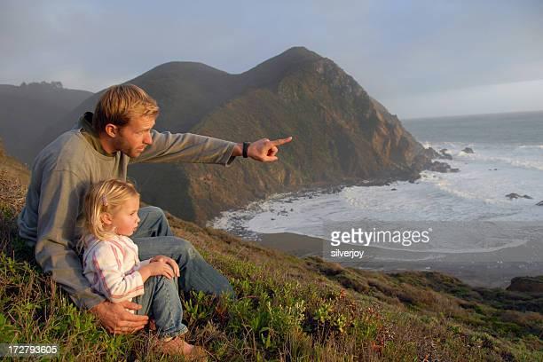Pai e filha ao pôr do sol