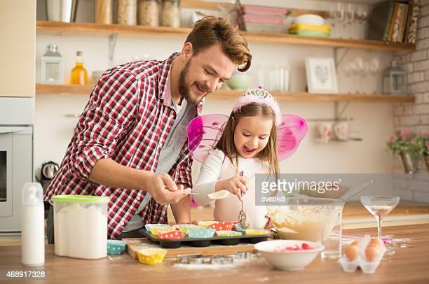 Pai e filha Fazer Doces na cozinha.