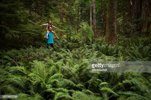 vader en dochter bonding in de natuur - vancouver island stockfoto's en -beelden