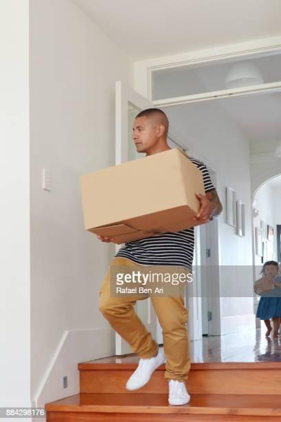 father and daughter carry moving boxes into their new home - rafael ben ari - fotografias e filmes do acervo