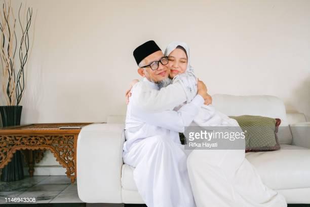 père et fille célèbrent l'aïd mubarak ensemble - eid al adha photos et images de collection