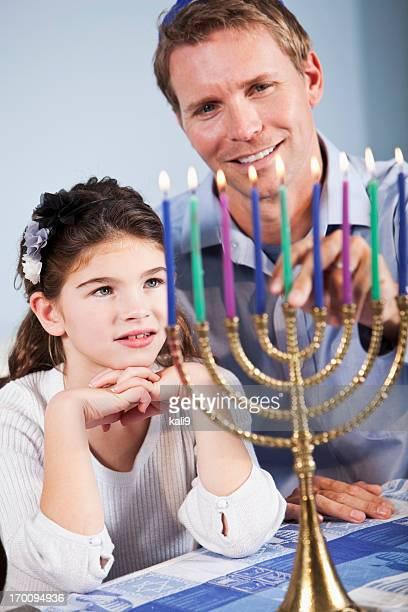father and daughter celebrating hanukkah - hanukkah stockfoto's en -beelden
