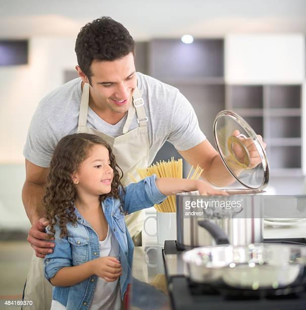 Padre e hija cocinar juntos
