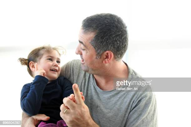 father and daughter counting together - rafael ben ari 個照片及圖片檔