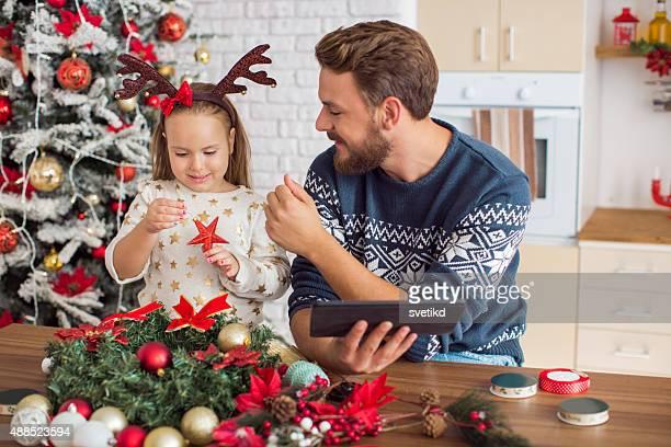 Padre e hija decoración de Navidad.