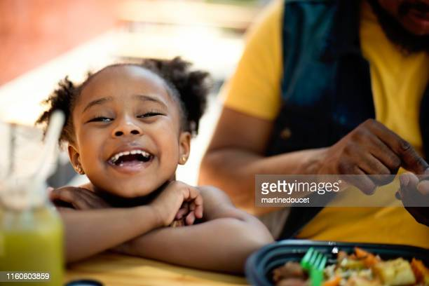 "padre e hija comiendo saquen comida al aire libre. - ""martine doucet"" or martinedoucet fotografías e imágenes de stock"
