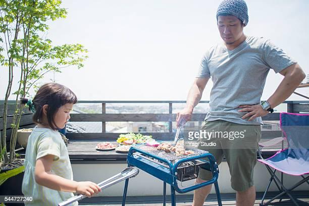 父と娘眺めながらのバーベキューオンザテラス」