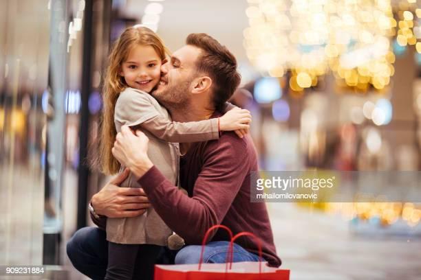père et fille, bénéficiant d'achats - bonne fete papa photos et images de collection