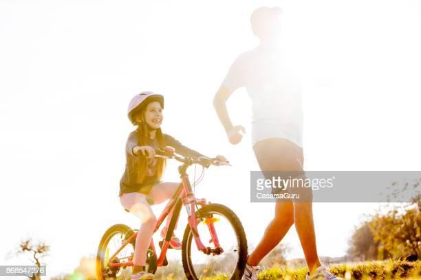 Vader en dochter genietend van Sport activiteit buitenshuis