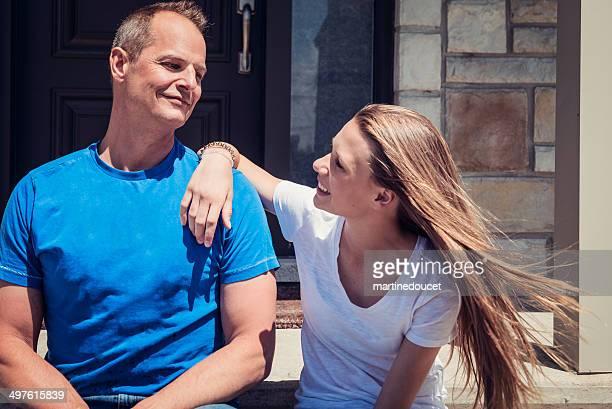 Vater und Tochter Entspannen auf der Veranda.