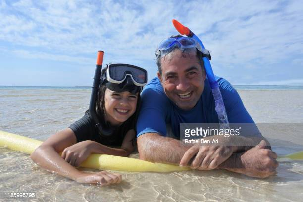 father and daughter having fun on the beach - rafael ben ari - fotografias e filmes do acervo