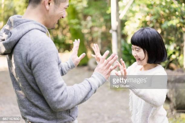 父と娘の楽しい時を過す時間屋外で。