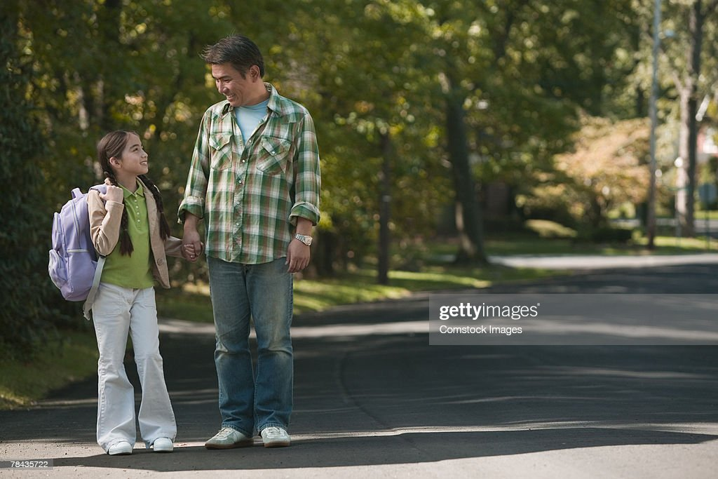 Father and daughter holding hands : Stockfoto