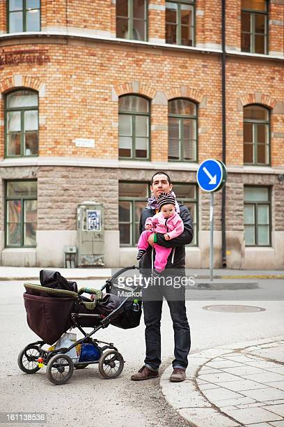 father and daughter (0-11 months) in downtown with stroller - 0 11 monate stock-fotos und bilder