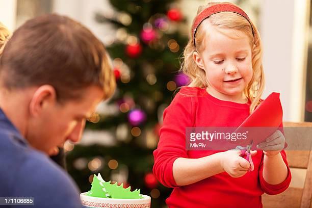 Vater und Tochter, die Weihnachtsdekorationen