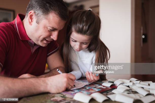 father and daughter marking which stickers did they get - final game stock pictures, royalty-free photos & images
