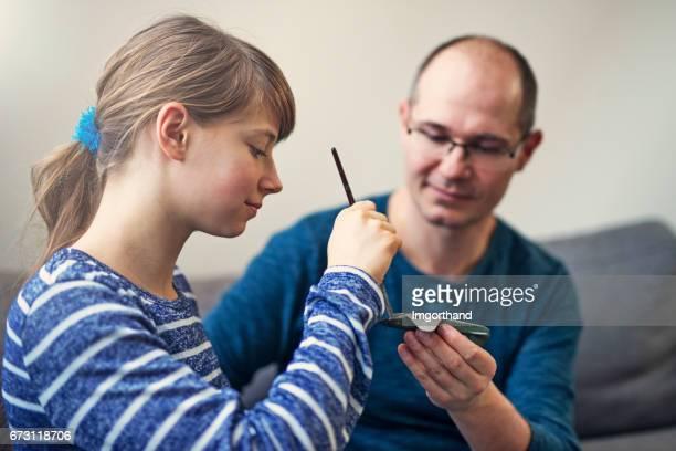 Padre e hija pintura juguete avión modelo junto