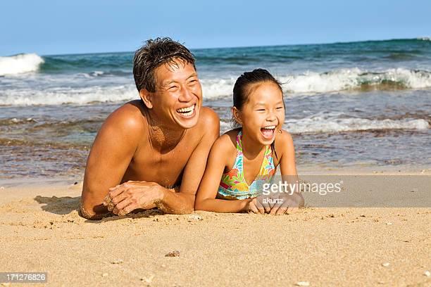 父と娘、オーシャンビーチで遊ぶ
