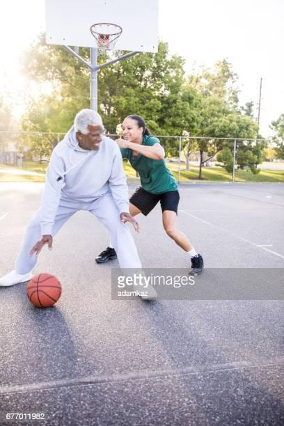 Père et fille jouant au Basketball