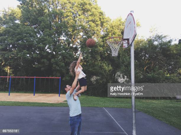father and daughter playing basketball - basketbal teamsport stockfoto's en -beelden
