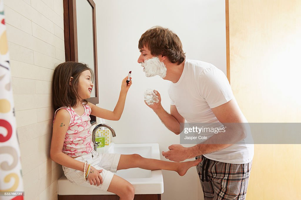 Father and daughter playing in bathroom : Foto stock