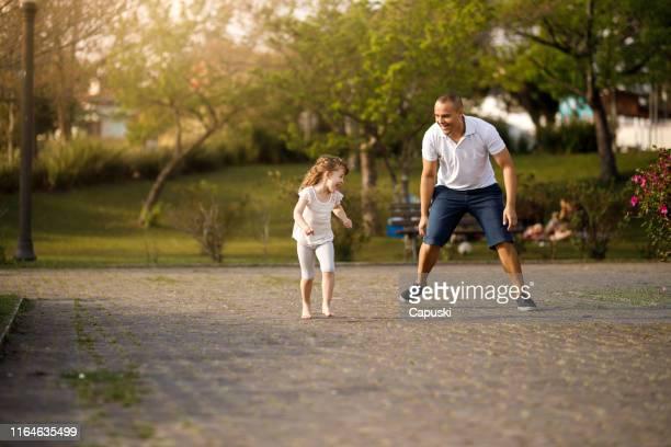 父と娘がタグを再生 - 鬼ごっこ ストックフォトと画像