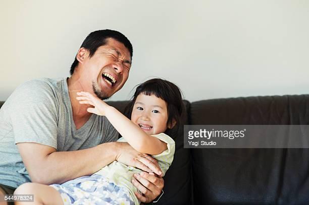 父と娘が一緒に自宅で