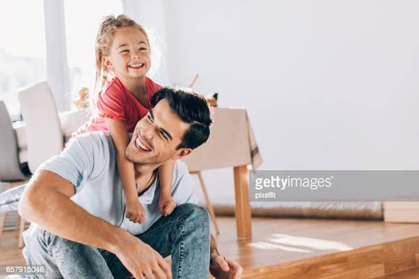 Père et fille jouant ensemble