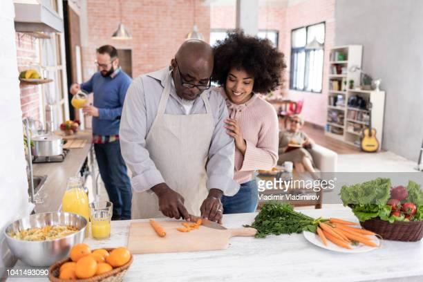 padre e hija preparar la cena en casa - black cook fotografías e imágenes de stock