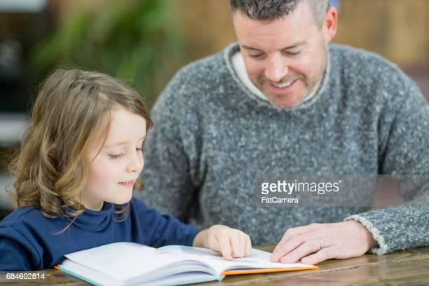 Vater und Tochter lesen