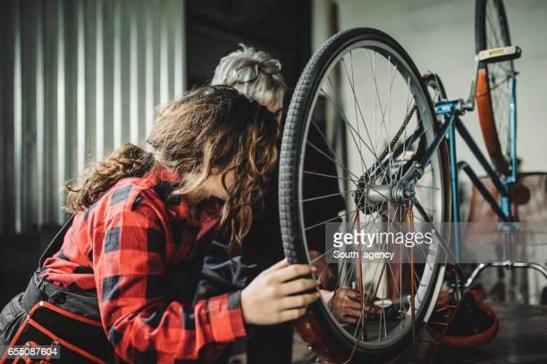 Vater und Tochter Reparatur Fahrrad