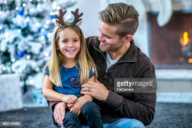 Vater und Tochter auf dem Boden sitzend