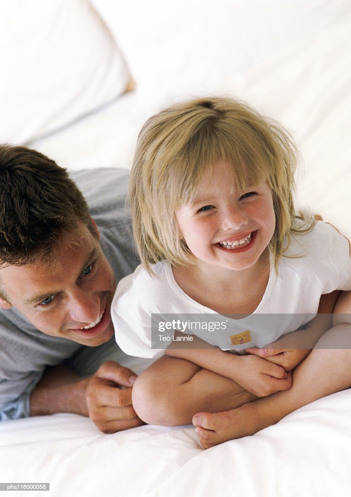 Father and daughter smiling, close-up : Stockfoto