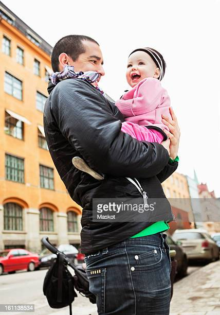 father and daughter (0-11 months) standing outdoors - 0 11 monate stock-fotos und bilder