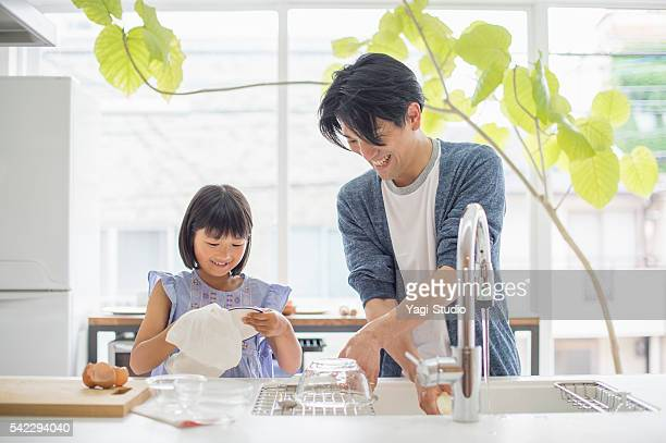 father and daughter to the dishwashing - glas serviesgoed stockfoto's en -beelden