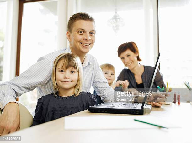 padre e hija usando computadora portátil - selandia fotografías e imágenes de stock