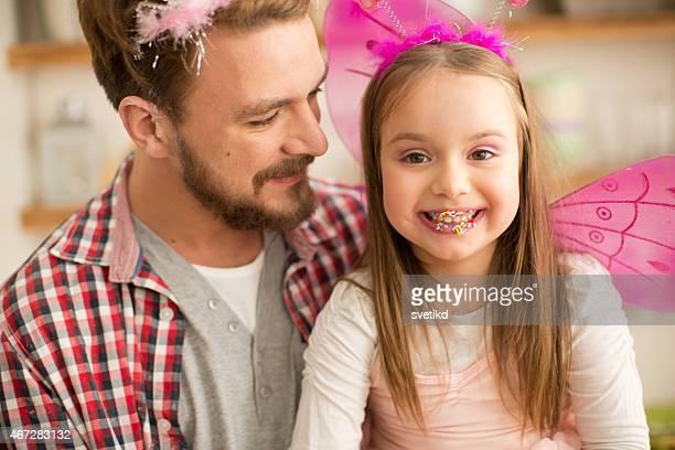 Vater und Tochter mit Stirnreifen zu sehen und Feenkostüm Porträt.