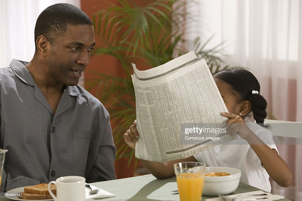 Father and daughter with newspaper : Stockfoto
