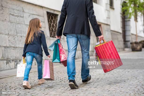 Vater und Tochter mit Einkaufstüten