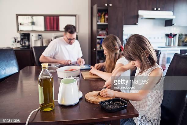 "padres e hijas en casa cocina preparando comida. - ""martine doucet"" or martinedoucet fotografías e imágenes de stock"