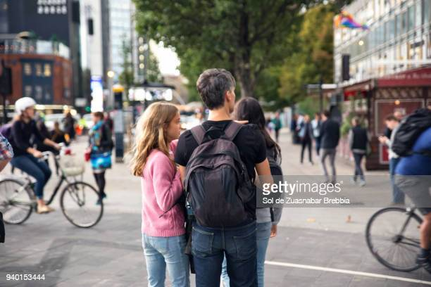 father and daughters walking down the streets of london - personne secondaire photos et images de collection