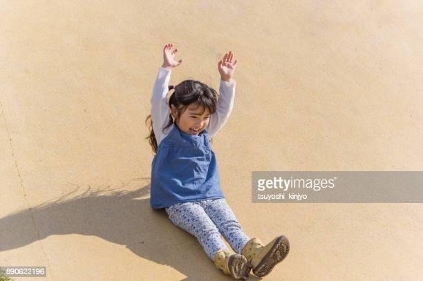 父と少女が公園で遊んで - 滑る ストックフォトと画像