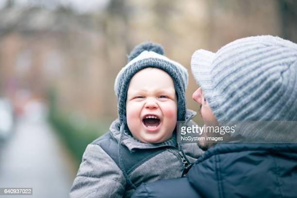 Vader en zijn baby boy, buiten, wintertijd. Novi Sad, Servië, Europa