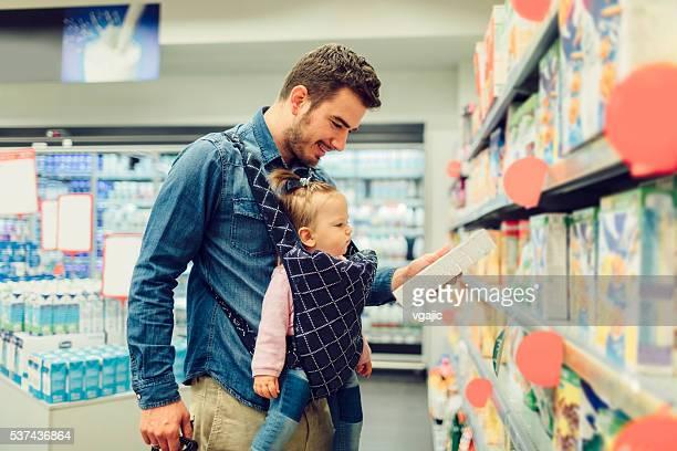 Père et son bébé fille épicerie Shopping