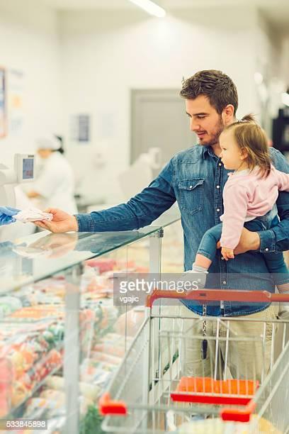 Vater und seine kleine Tochter Lebensmittel-Einkaufsservice