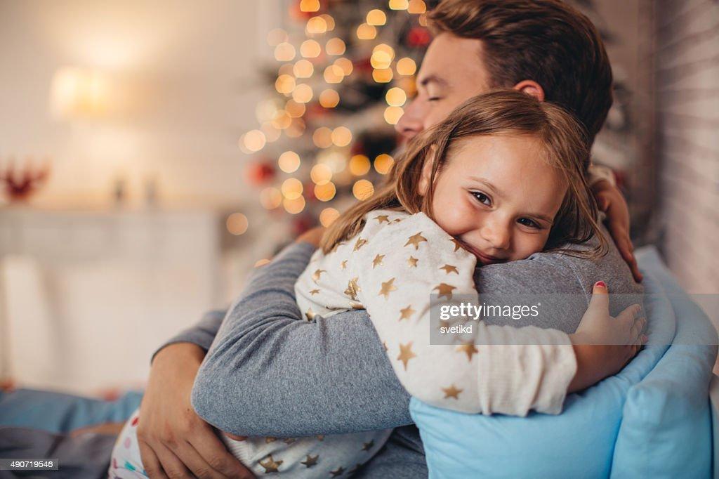 Pai e sua filha bonita na frente de Natal três. : Foto de stock