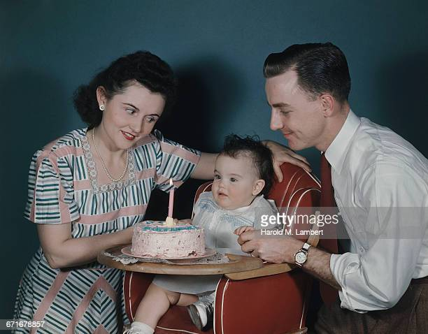 father and mother celebrating first birthday of daughter  - {{ collectponotification.cta }} foto e immagini stock