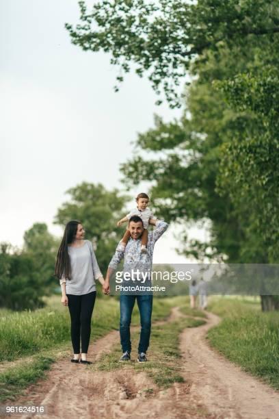 vader en moeder met hun kind in de natuur - familie met één kind stockfoto's en -beelden