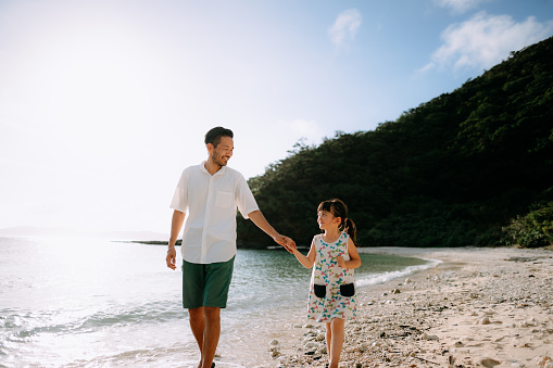 Father and preschool daughter holding hands and walking together on beach, Okinawa, Japan - gettyimageskorea