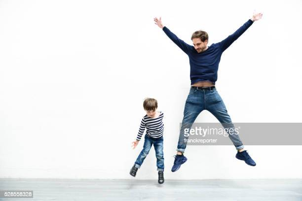 father and son against the white wall - white background stockfoto's en -beelden